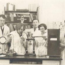 Üliõpilased praktikumis Tartu ülikooli eksperimentaalpsühholoogia laboris 20. märtsil 1930. Vasakult 2. juhendaja Eduard Bakis.